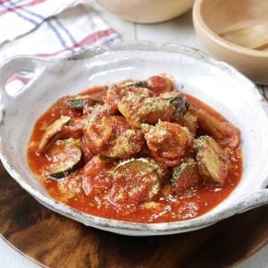 15分以内に完成!煮込まずに深い味わいが楽しめる「鶏肉とズッキーニのトマト煮」
