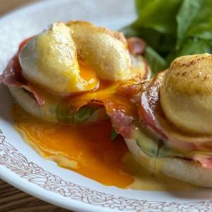 とろ〜り卵がたまらない!プロの味をおうちで食べられる「絶品エッグベネディクト」レシピ