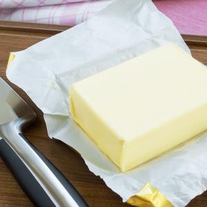 """バターを切ると包丁がベタベタ…。キッチンにある白い物を使って""""包丁が全く汚れない""""衝撃の切り方"""