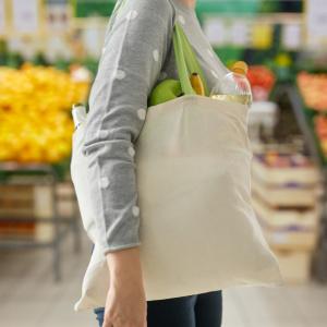 買い物の後にやると断然持ちやすい!長すぎる「エコバッグの持ち手」を短くする方法