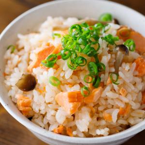 味付けは1つ!材料を入れてスイッチオンするだけ!超簡単「秋鮭の炊き込みご飯」の作り方