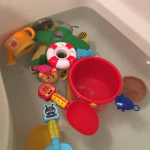 残り湯で簡単お手入れ!気になるお風呂のおもちゃの汚れは○○を使うと取れやすくなる!