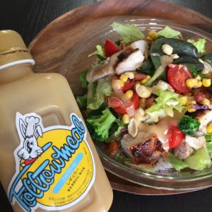【売切続出】KALDIの「フォロミール」がとろーり濃厚でかけるだけでサラダがごちそうに!