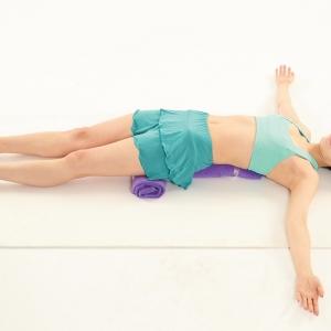 簡単に作れる【バスタオル枕】に寝転ぶだけでペタ腹になれるって知ってた!?