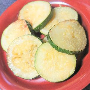 切って焼くだけで簡単おつまみ♡夏野菜ズッキーニの粉チーズ焼きが美味しい!
